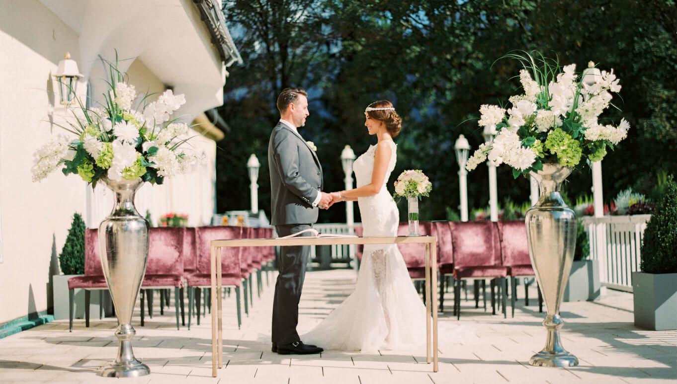 Hochzeitspaar Terrasse Berge Bayern