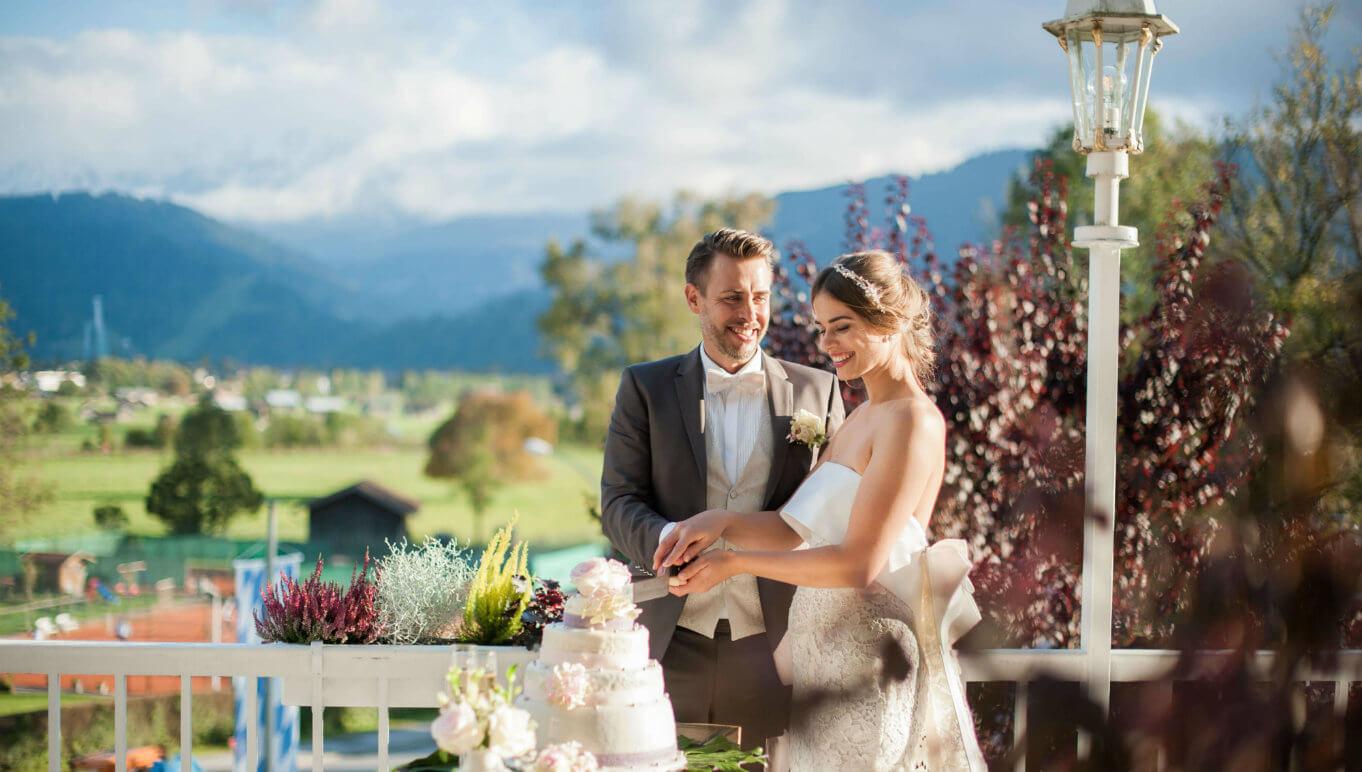 Hochzeit Terrasse Brautpaar Garmisch